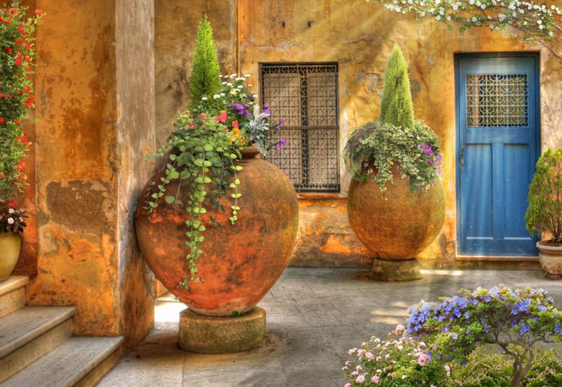 Кувшины с цветами во дворике